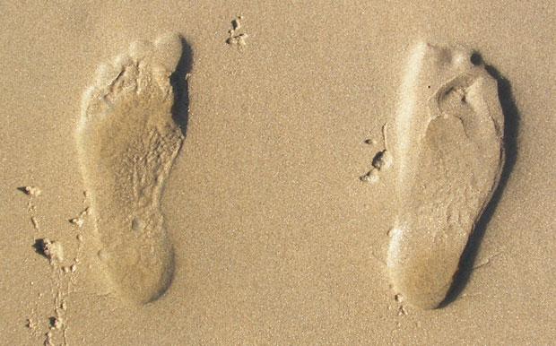 Cipővásárlási tippek, ha a lábad nagyobb az átlagosnál (Bónusz kérdés: Hogy állhatnak kifelé ezek a lábnyomok? :)
