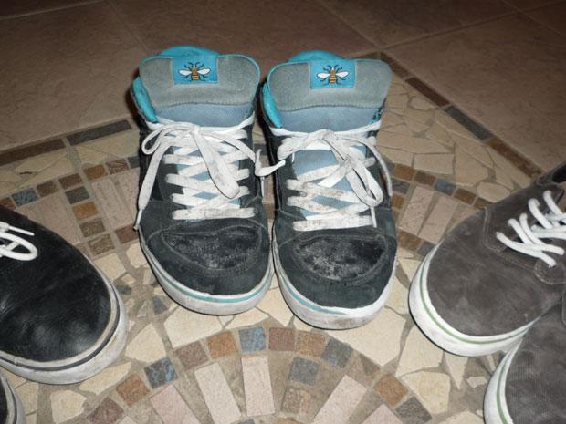Egy Etnies Beni cipői közül