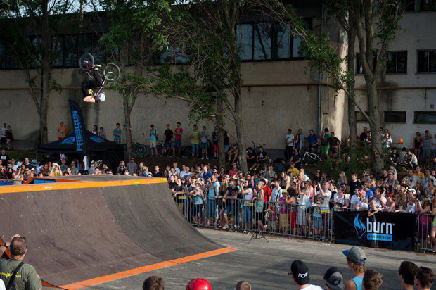 Koni irdatlan szaltója a Dunakeszi Skatepark megnyitó versenyén