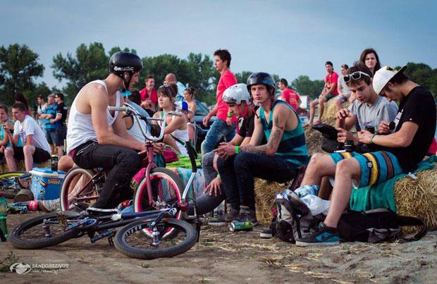Koni épp pihenőben a Gyula Bike Festen (de azért volt itt tripla vázpöri is :)