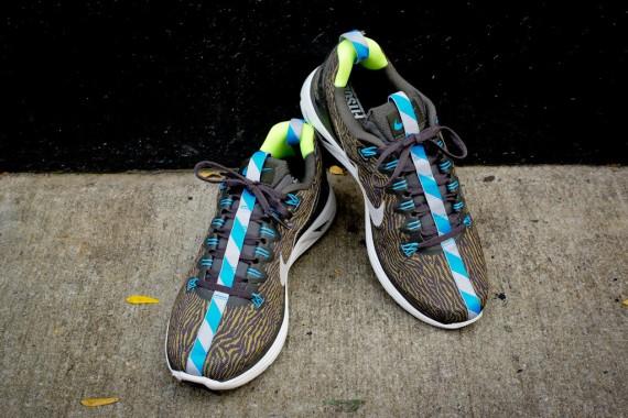 Nike LunarGlide+ 5 EXT 'Night Run' kiadás, különleges zebra mintás Engineered Mesh borítással és vagány kék-fehér szalaggal. Ezzel barmilyen utcai versenyen ki lehet tűnni!