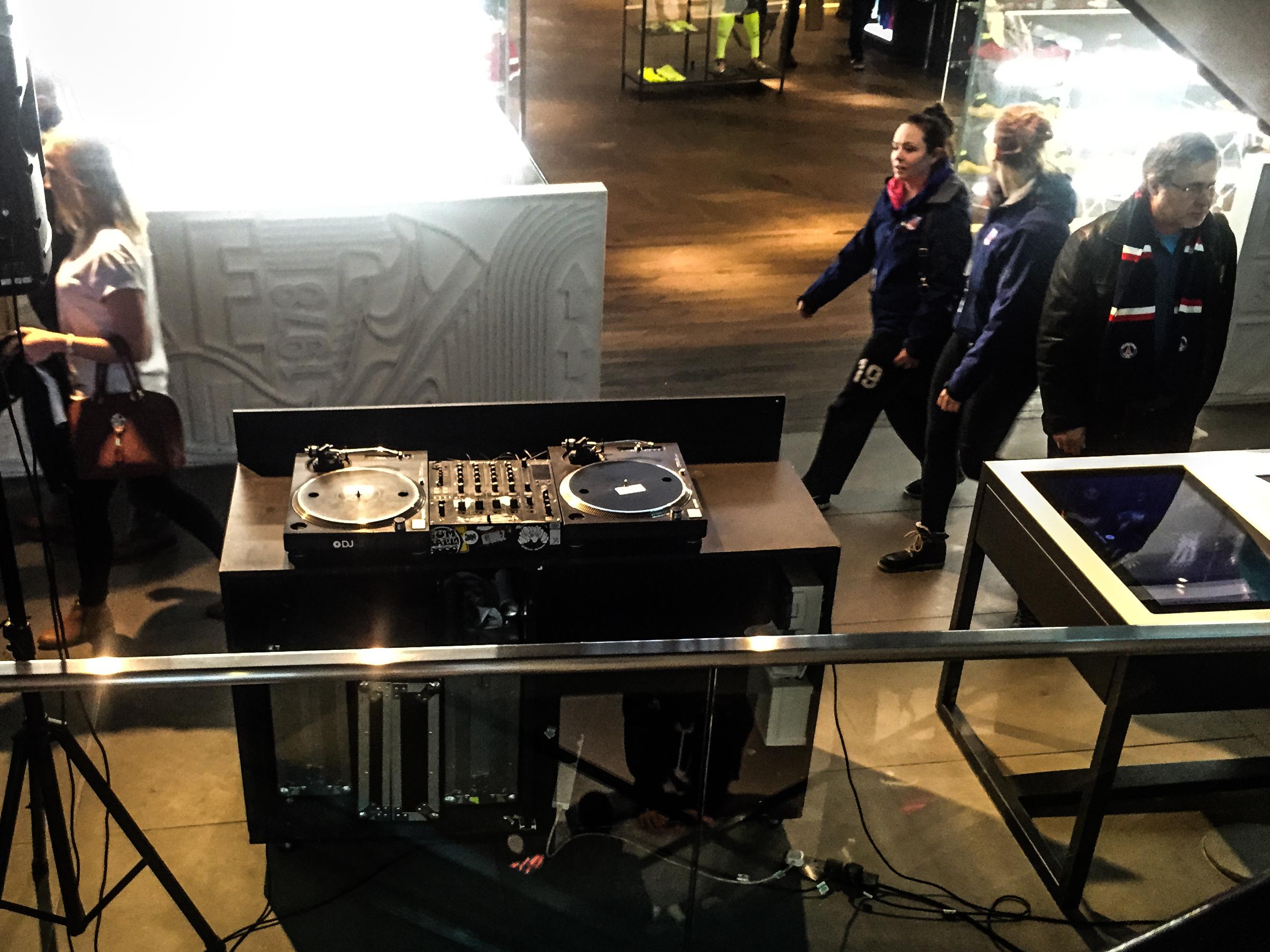 Péntek, szombat este külön DJ szórakoztatja a vásárlókat.