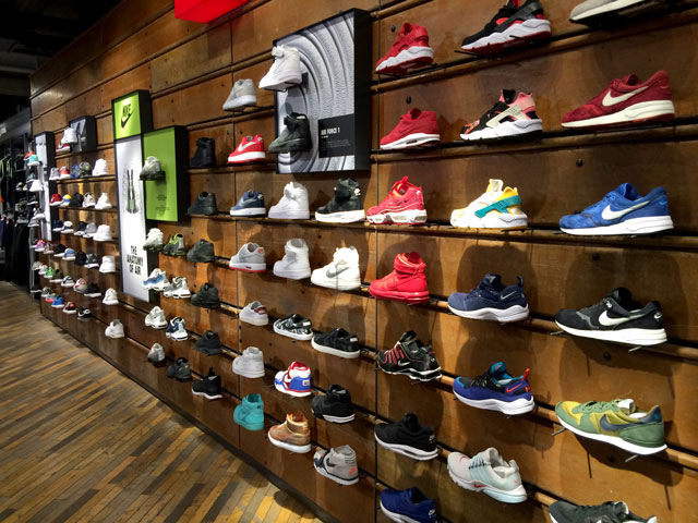 Berlin sneaker store check: a street cipőfal