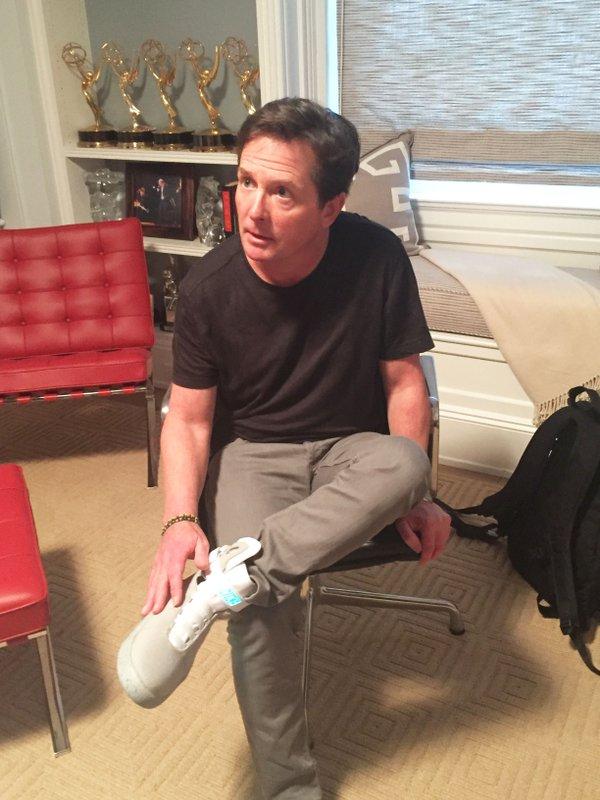 Az első valódi, önbefűzős Nike Air Mag Michael J Fox lábán
