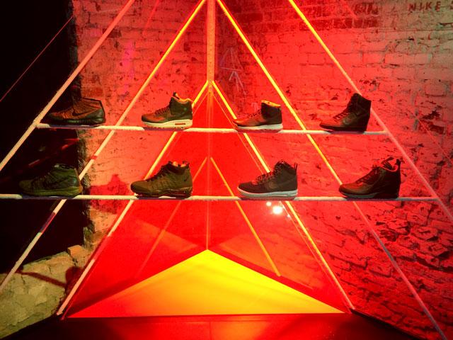 A Sneakerboot cipők a kiállítótérben