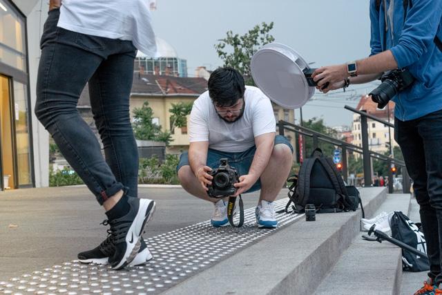Az jól jön, ha van fotós ismerős, de a hosszú karok vagy szelfiebot is előny :D