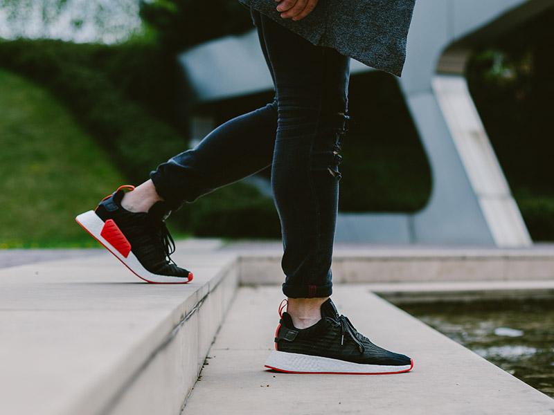 https://www.sneakerbox.hu/wp-content/uploads/2017/04/adidas_originals_nmd_r2_pk_BA7252-fekete-feher-piros.jpg