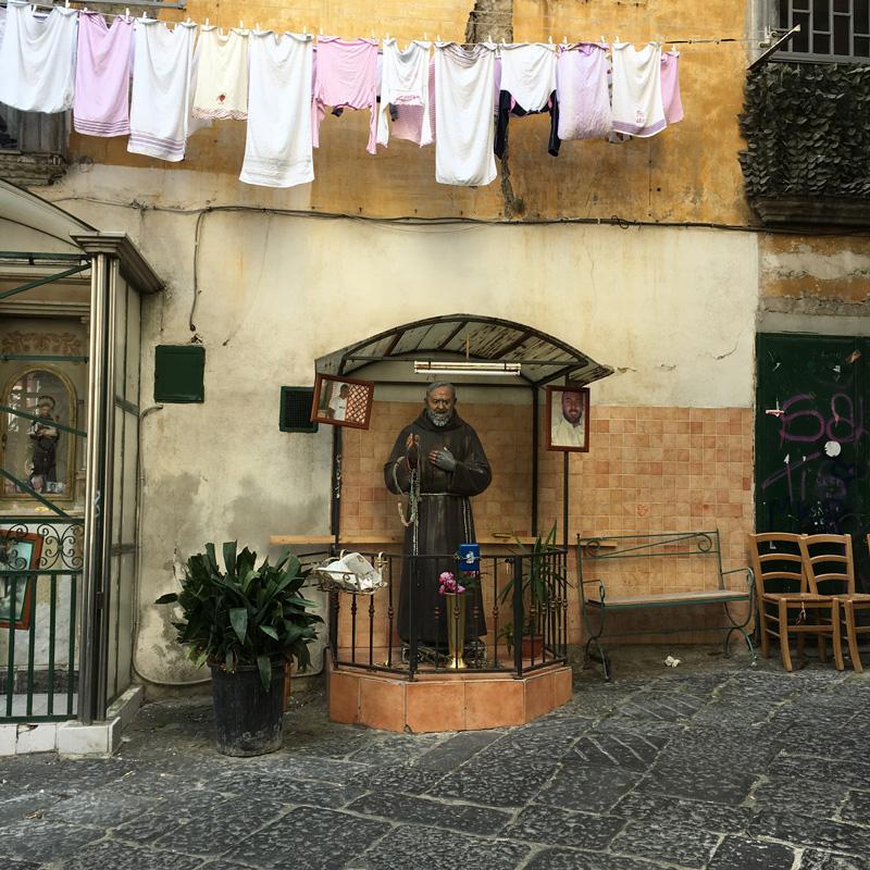 Utcai szentély és ...meglepetés... száradó ruhák