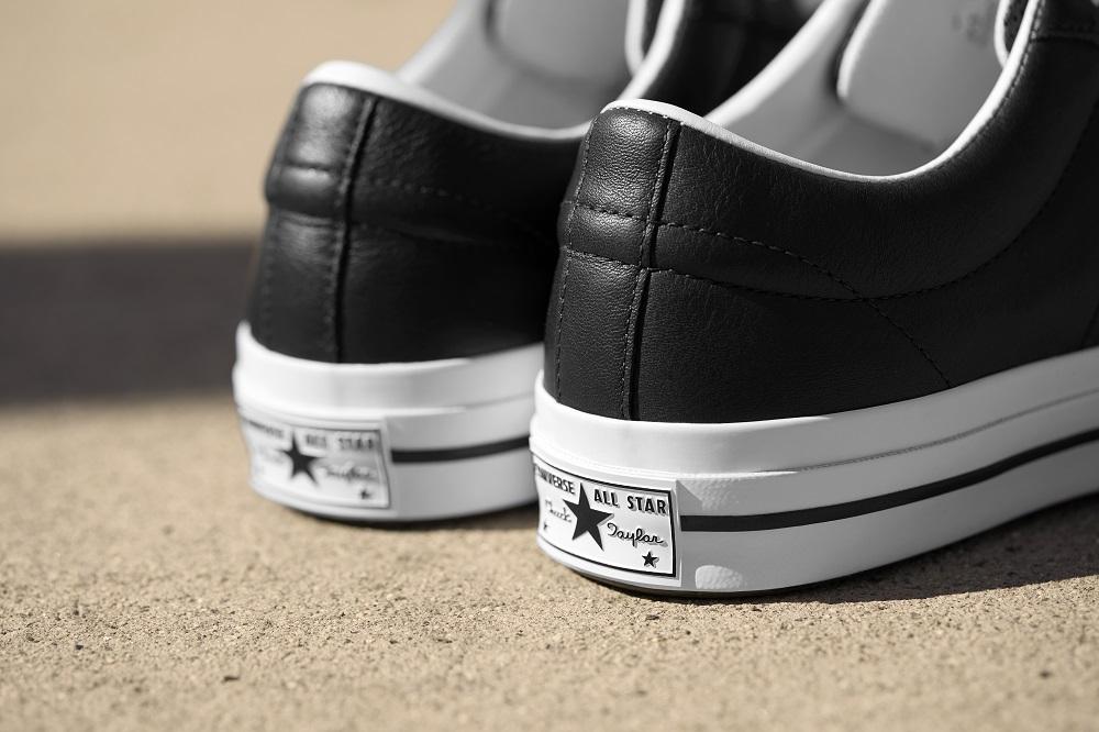 """A cipő sarokrésze a kis """"táblával"""""""