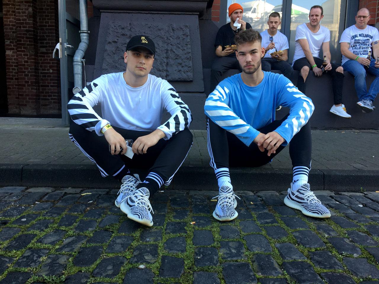 Sneakerness Köln trendek: melegítőnaci zokniba tűrve
