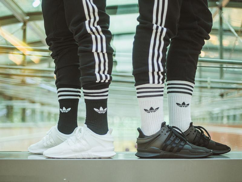 734767ad5b adidas háromcsíkos melegítő és 'Trefoil' zokniba tűrve: telitalálat ...