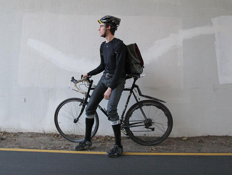 Zokniba tűrés biciklis futár stílusban