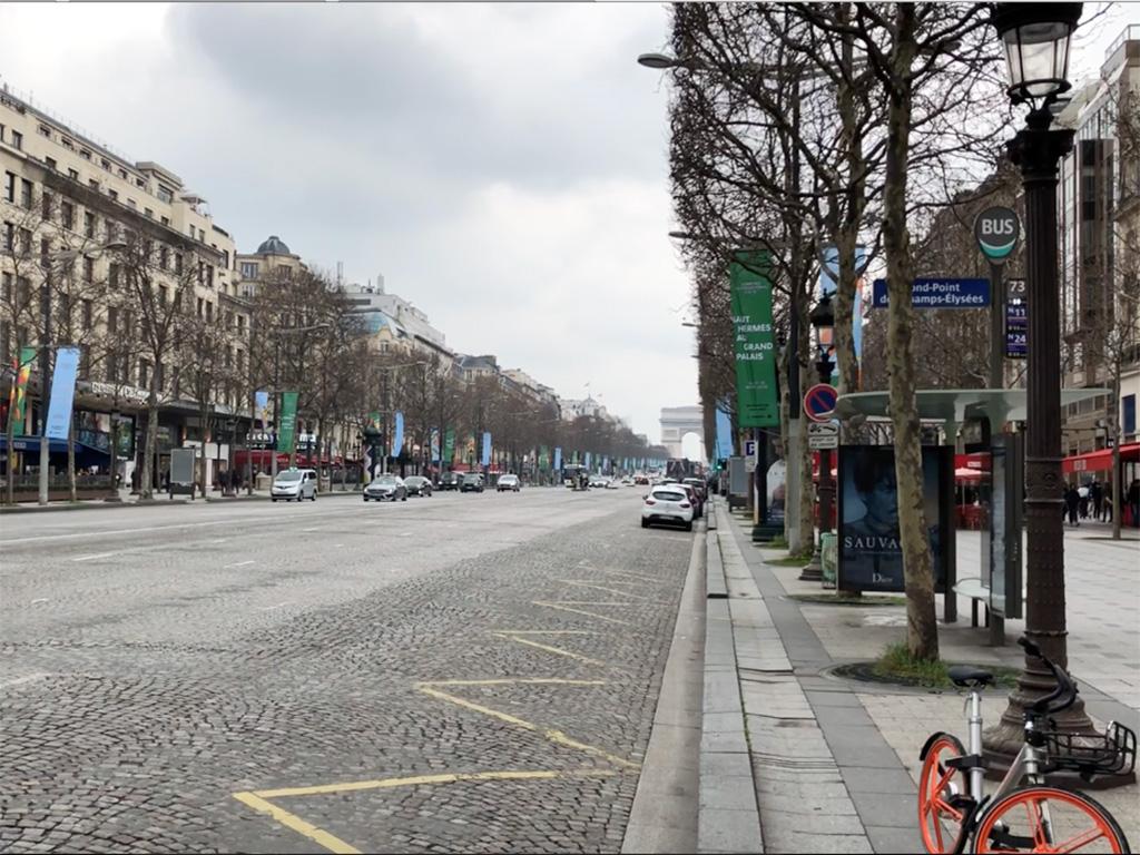 Sneaker üzletek az Avenue des Champs-Élysées -n