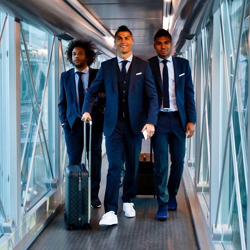 Cristiano Ronaldo Louis Vuitton bőrönddel utazik