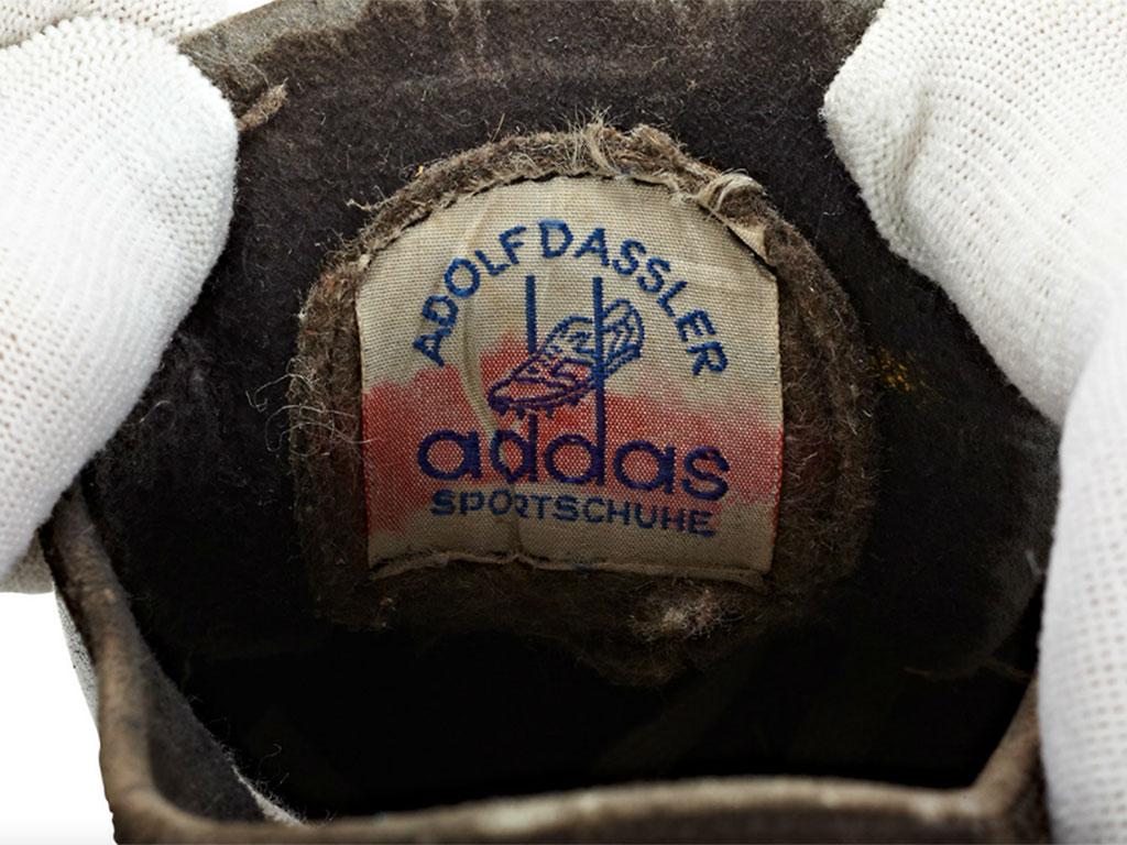 """Csak egy kicsin múlt, hogy most az adidas cipők nem """"addas cipők"""""""