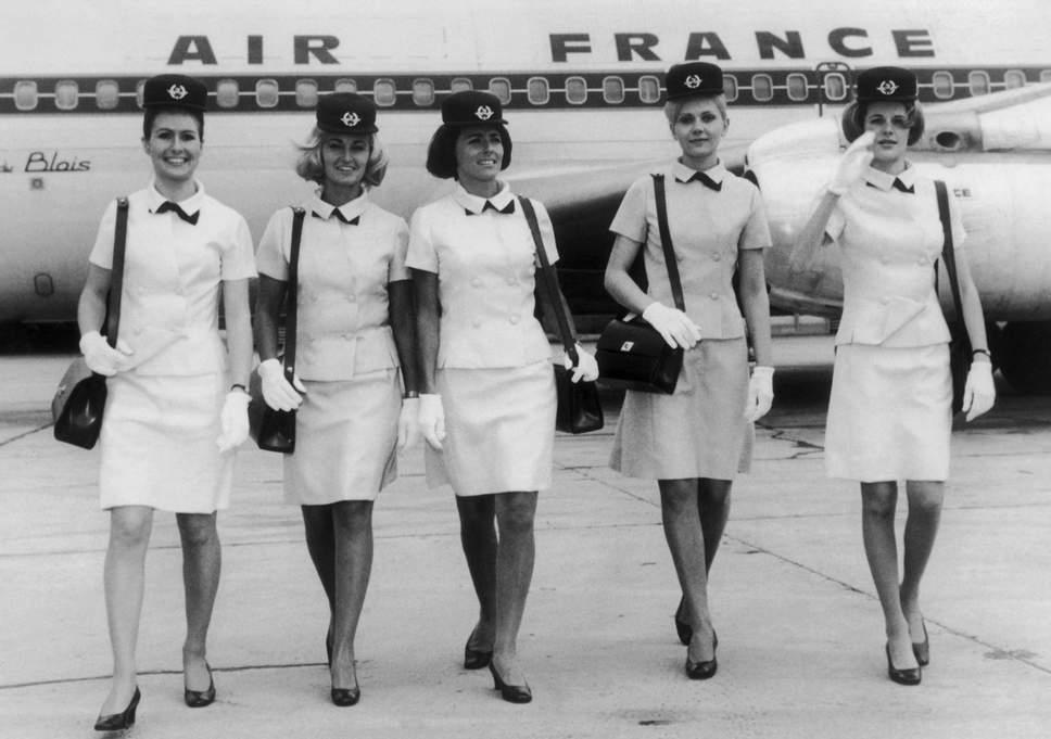 Kifutó vagy kifutópálya? Balenciaga kollekció az Air France légiutas kísérőin