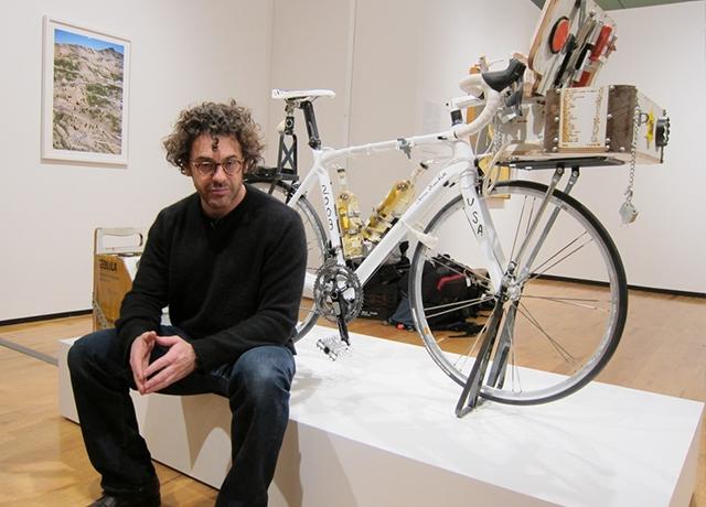 Tom Sachs - A mögötte lévő bringán is visszaköszön a védjegye