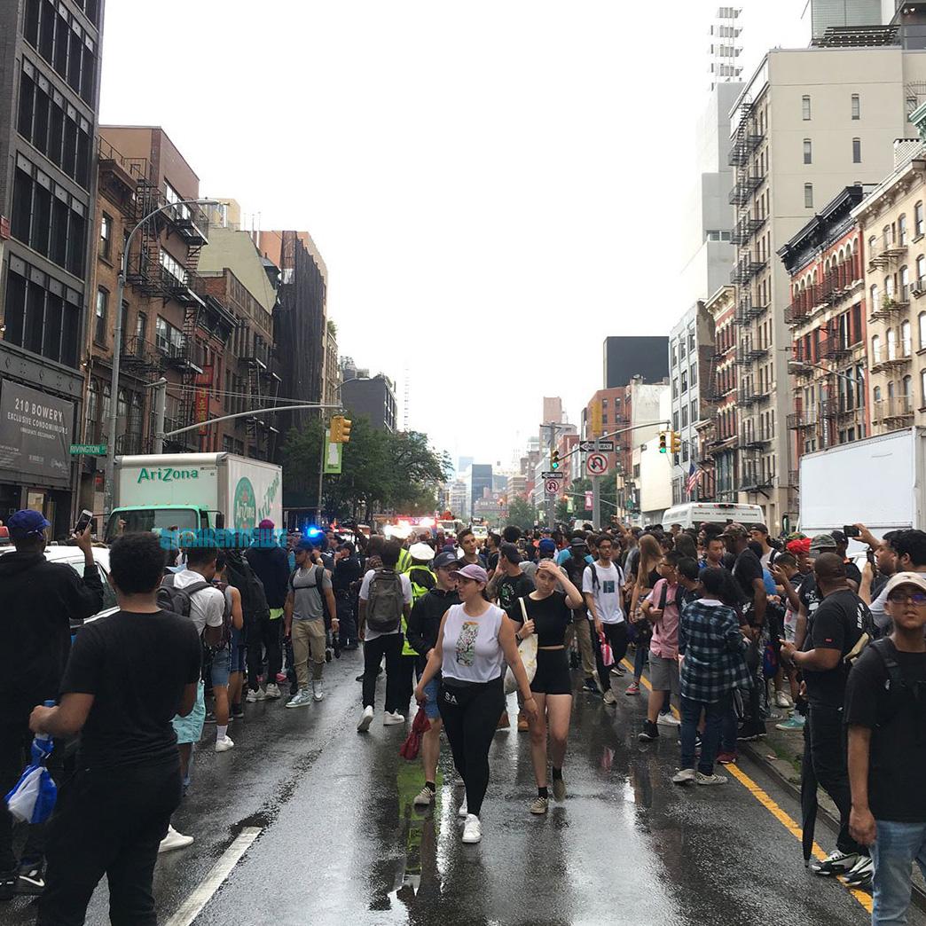 ... amit a rendőrségnek kellett félbeszakítania a tömeg miatt