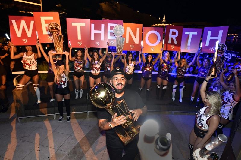 Drake és a replika NBA trófea
