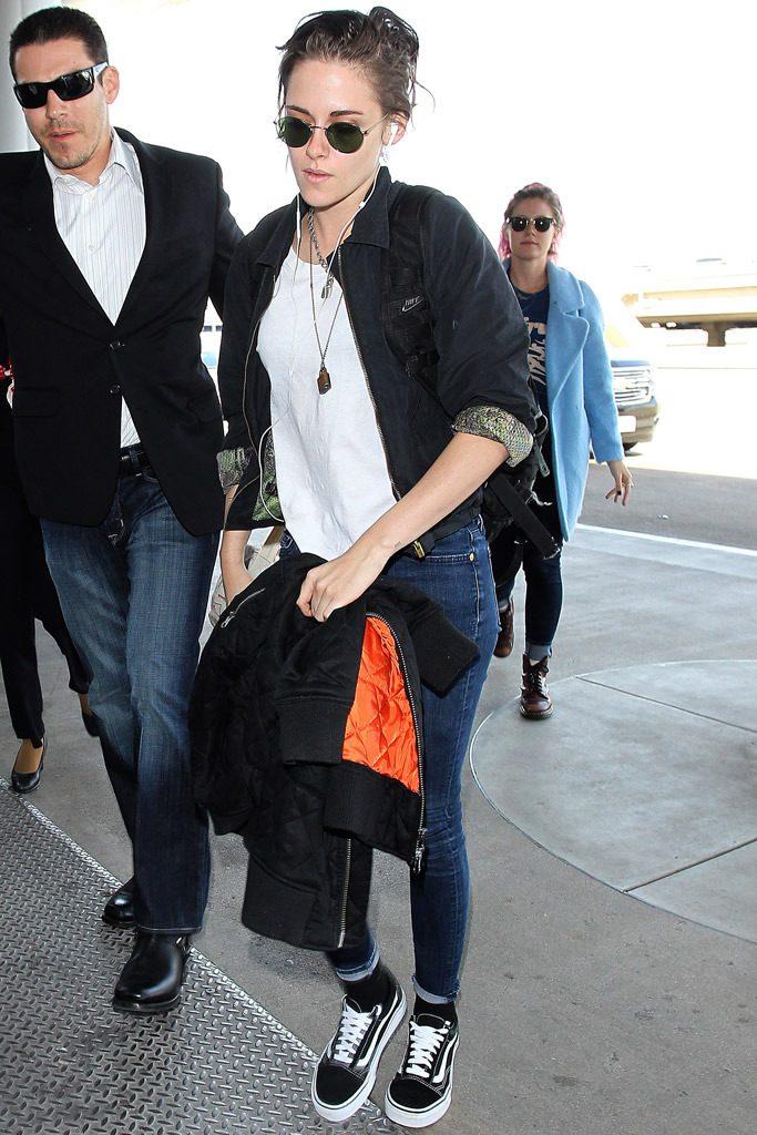 "Kristen Stewart ""boltba menős"" outfitje Vans Old Skool cipővel"