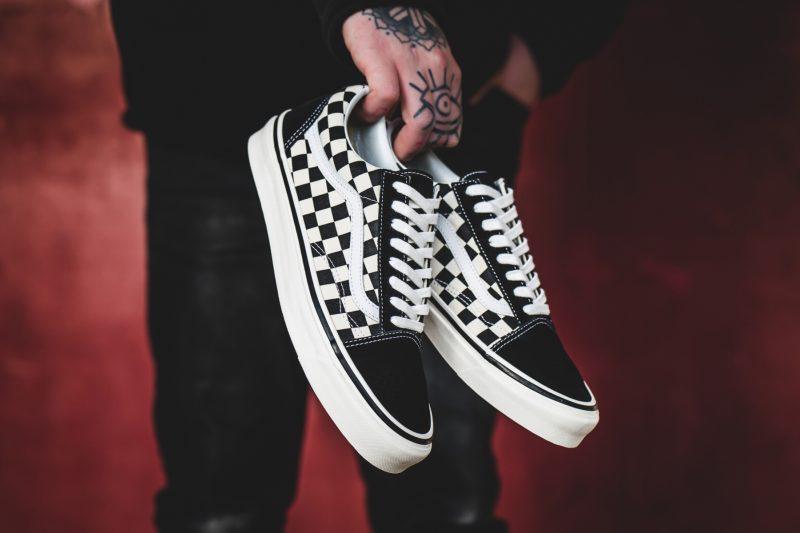Kockás Vans sneakerek a shopban az igazi klasszikusok már