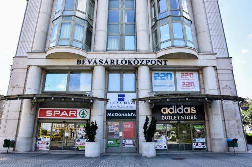 adidas outlet Boráros tér (Budapest)