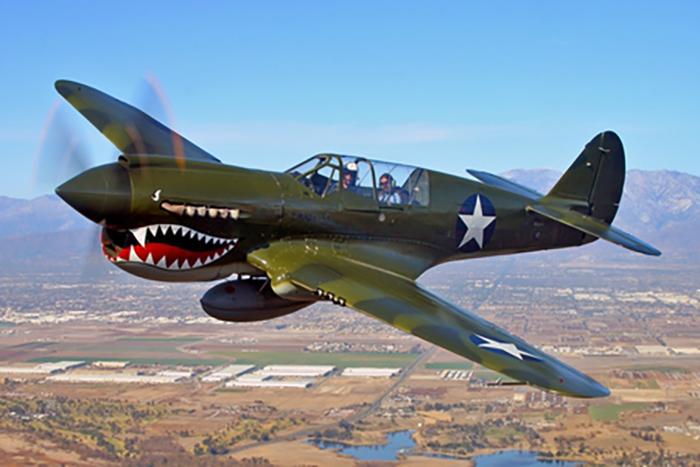 Egy második világháborús repülő a shark mouth orral - ez tűnik fel a táskákon
