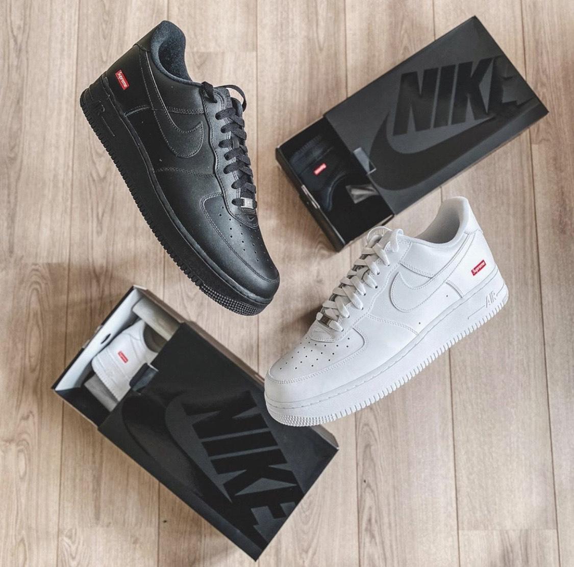 Supreme x Nike Air Force 1: a fehér és a fekete színállás is ugyanolyan dobozban érkezik