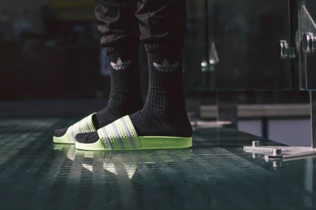 Neonsárga Adilette papucs egy jó Adidas zoknival