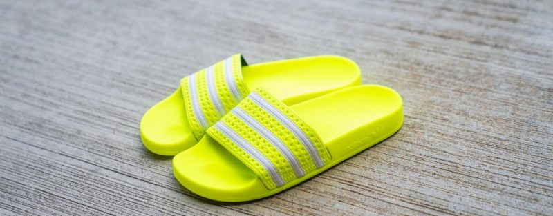 A neonsárga Adilette papucs