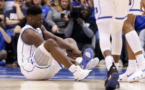 Zion a lábán szétrobbant Nike cipőben